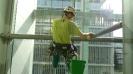 Otírání prachu z konzole prosklené fasády