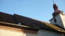 Kostelní střecha porostlá mechem