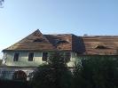 Vlevo je střecha ještě porostlá lišejníky, zbytek je umytý
