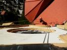 Střecha poškozená pádem omítky - oprava z lana