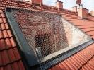 Síť proti holubům nainstalovaná v rovině střechy