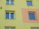 Pohled na zasíťovaná okna zespodu