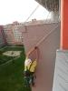 Instalace sítě proti holubům na panelákový balkón