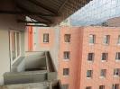 Pohled zevnitř zasíťovaných balkónů