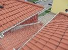 Čerstvě namontovaná síť proti holubům mezi vikýři